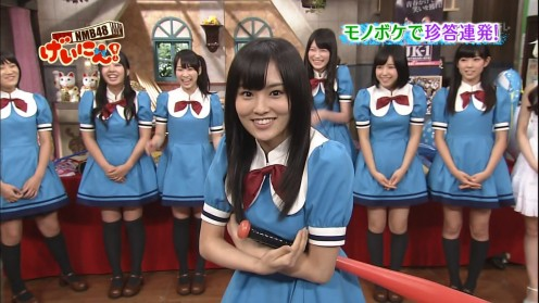 Pictured in the center is former member Sayaka Yamamoto.