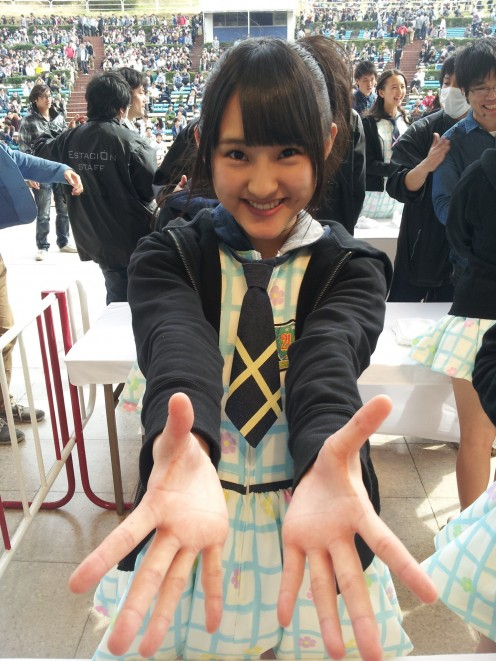 Nao Ueki trying to send out a hug! She looks like Anna Iriyama of AKB48.