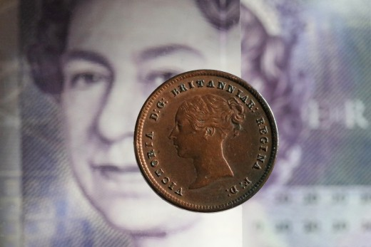Queen Elizabeth on note, with an image of Queen Victoria on coin.