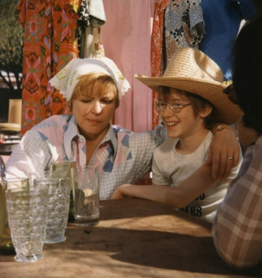 Alice (Ellen Burstyn) and her son Tommy (Alfred Lutter) take a break from the yard sale madness in Alice Doesn't Live Here Anymore