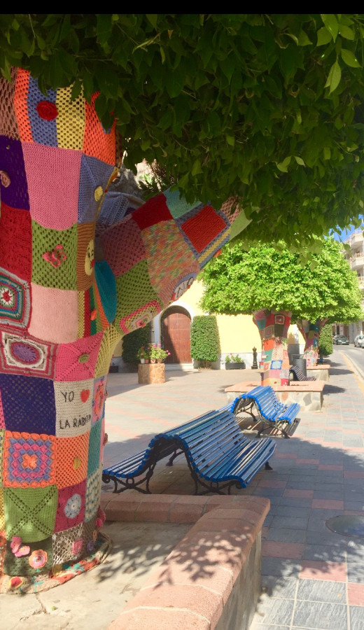 We found these lovely trees on our way to the beach. Yo amo La Rábita. I love La Rábita. The women in the village had crocheted and knitted colorful patches to decorate the trees.