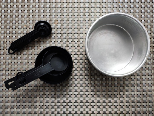 Cake tin and measuring cups and spoons