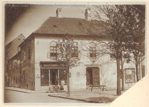 The Red Hedgehog Inn on the Ince pápa (Hess András) Square. The picture was taken between 1910 and 1920.