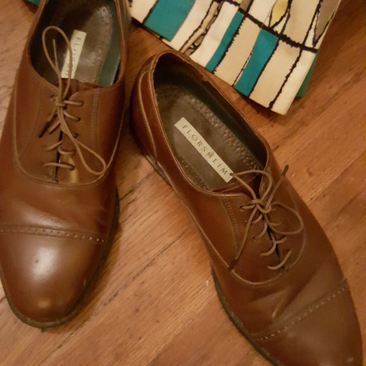 Print vintage dress and brown vintage men's shoes