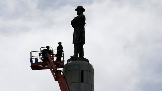 The 60 ft Robert E. Lee Statute in New Orleans being removed