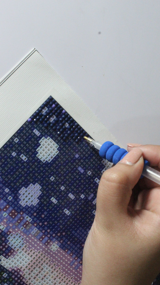 Laying down diamond painting drills on the corners