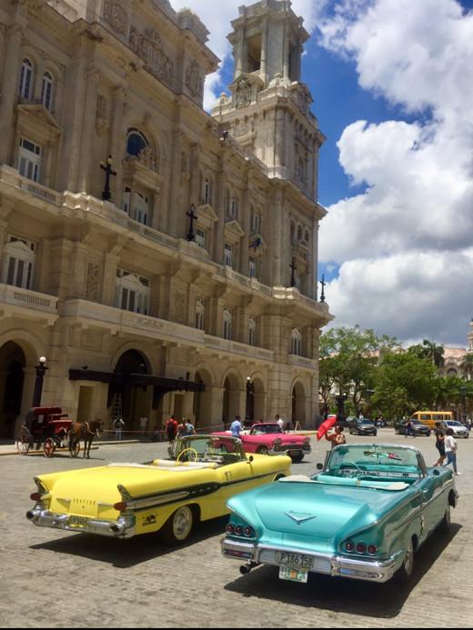 Old classic American cars in front of Museo Nacional de Bellas Artes de la Havana, Havana Vieja.