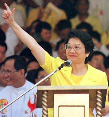 Cory Aquino flashes the Laban (L) sign as she led the nation in an uprising to overthrow the dictator Ferdinand Marcos and his allies.