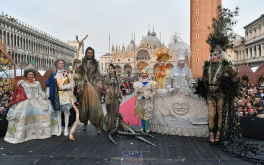 """A selected jury will decide the best mask of the Carnival of Venice 2020. In the previous edition, the group """"I Bambini della luce/ Children of light"""", from Bielefeld, Germany wore a costume created by Hors Raack in one year of work."""