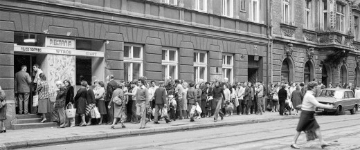 Long bread lines in Poland: an excellent picture of the failure of the Communist economy