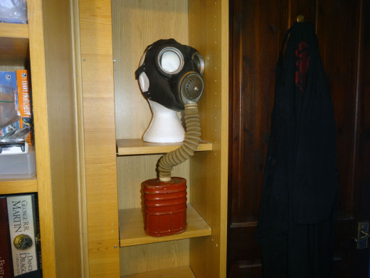 Gasmask with separate filter to be displayed.