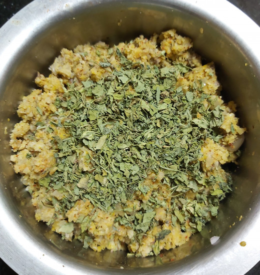 Mix and add 2-3 teaspoons of kasuri methi (dry methi leaves). Make sure that all the spices are combined well.