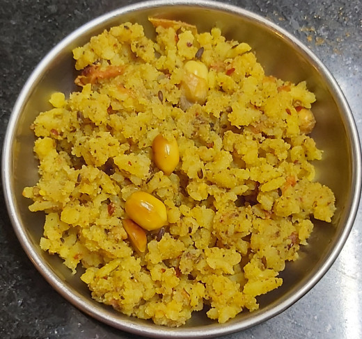 Spicy flattened rice or poha with fresh ground spices.