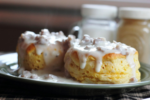 Biscuits and gravy (American-style)