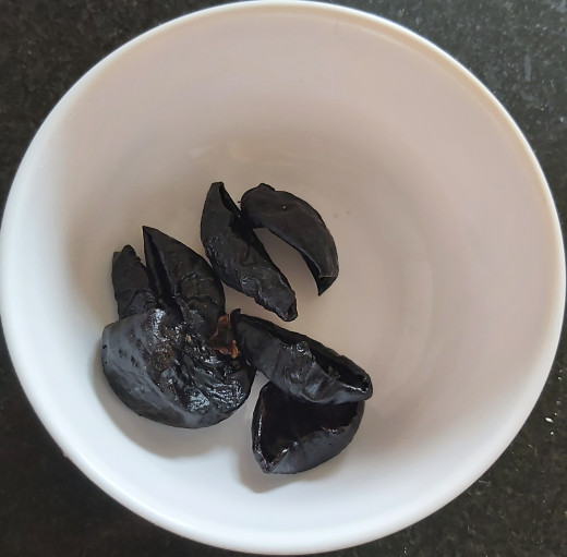 Take 4-5 dry kokum in a bowl and keep aside.