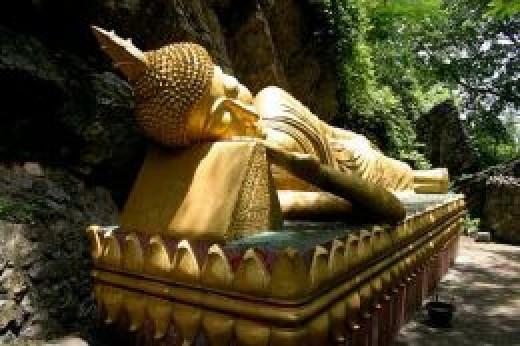 Statue of the Recling Buddha, WatThammothayalan, Mount Phousi