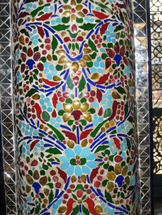 Integrated glass carvings inside pillar