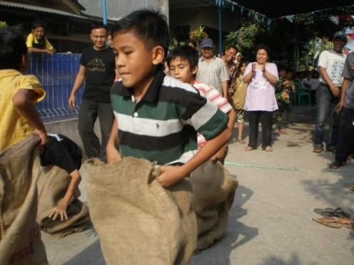 Wow, what a challenging Sack Race ! Boy, it's not easy !