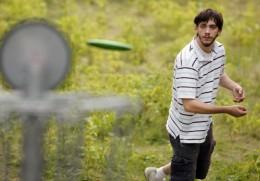 disc golfer at rosemount course