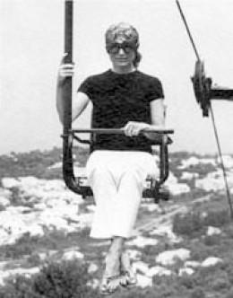 jacqueline Kennedy wears flip flops and capri's on ski lift