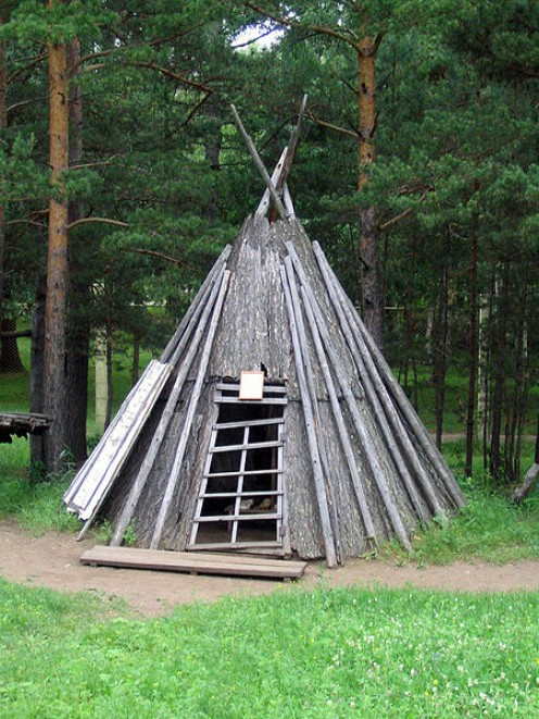 Evenki homes are similar to those of the Oroquen, which have wider bark strips. They are similar to the Sami homes and to the North American Plains Natives teepees.