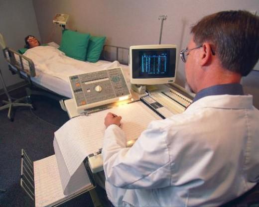 EEG in action. Image Source: http://www.csulb.edu/~cwallis/482/eeg/Eeg2.jpg