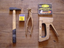 The tools you need to stretch a canvas. You also need pincers and a medium-sized screw-driver.