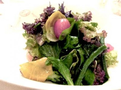 Le Cirque Salad -  Pinaghalo-halong mga gulay tulad ng lettuce (wag kayong jologs, hindi [let-us] ang pronunciation nyan, kundi [let-is] , okay?)  sige na nga litsugas nalang  ano pa ba yan? ersibuyas, balat ng sibuyas, sitaw, mayana, dahon ng gumame