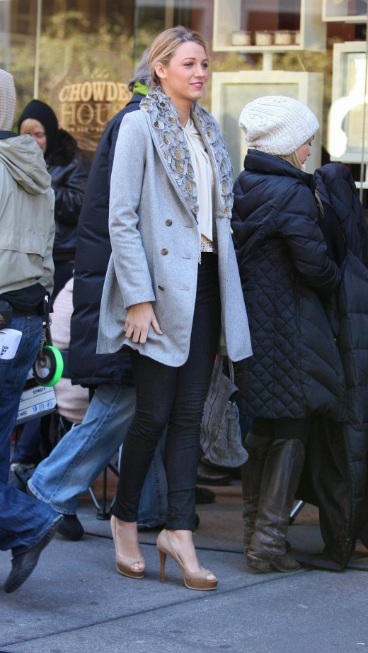 Blake Lively on the Gossip Girl set in skinny jeans and high heels