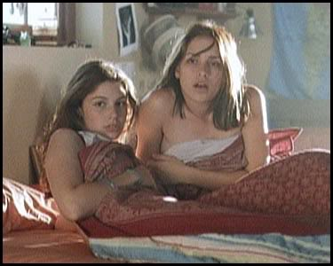 Tori (Jessica Par) left, Paulie (Piper Perabo) right.
