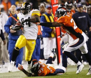 Pittsburgh Steelers running back Rashard Mendenhall (L) slips a tackle for a long run in the third quarter past Denver Broncos linebacker Wesley Woodyard (C) and cornerback Champ Bailey in their NFL football game in Denver November 9, 2009. (REUTERS/