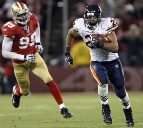 Chicago Bears #22 Matt Forte runs from San Francisco 49ers #99 Manny Lawson in the third quarter of an NFL football game in San Francisco, Nov. 12, 2009. (AP Photo/Marcio Jose Sanchez)