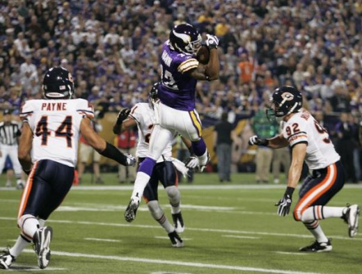 Percy Harvin, center, catches a touchdown pass in front of Chicago Bears' Hunter Hillenmeyer (92) and Kevin Payne (44) during their NFL football game Sunday, Nov. 29, 2009, in Minneapolis. (AP Photo/Andy King)