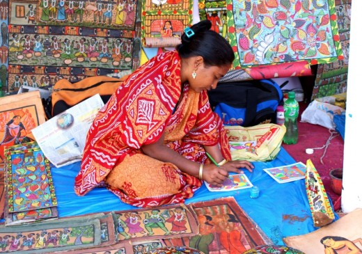 A Potua lady drawing a Patochitra.