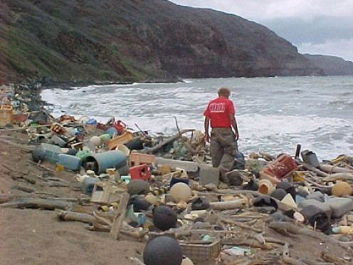 Large-scale ocean pollution is ruining the natural beauty of scenic beaches.