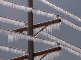 If ice forms a connection between the upper and lower power lines, an explosion may occur.