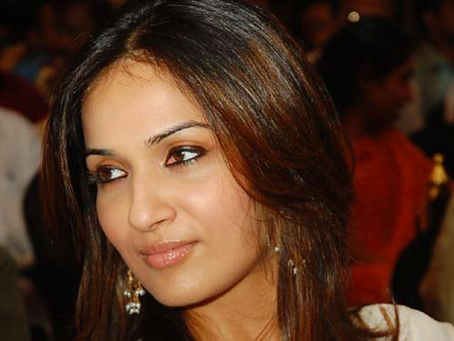 Soundarya rajinikanth face pic