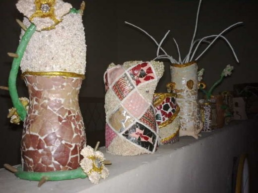 Here are some indoor ornaments made of PET bottles. Some are functional as vases or pencil holders