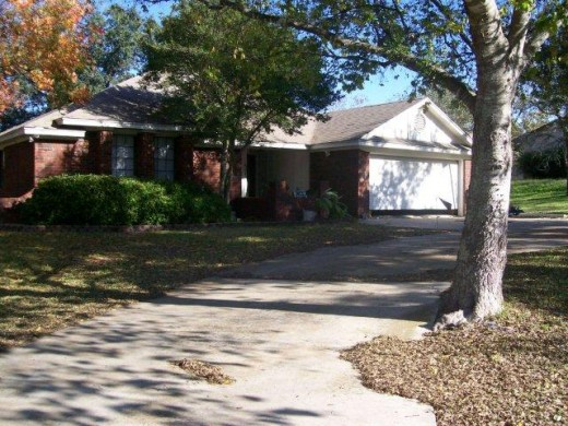 Curb Appeal -notice the leaves in the yard and driveway. This seller needs to have the yard cleaned up.