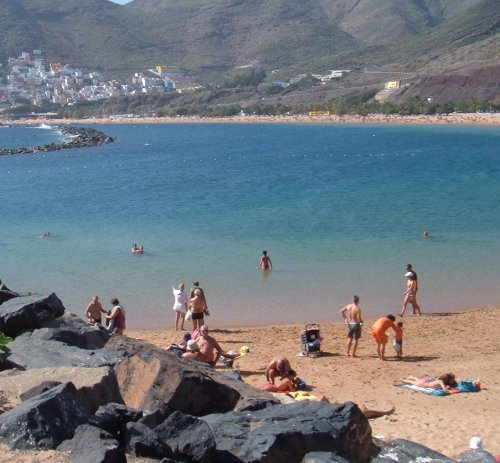Playa de Las Teresitas breakwater and beach