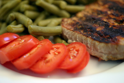 Light meal of tuna, green beans and tomatoes