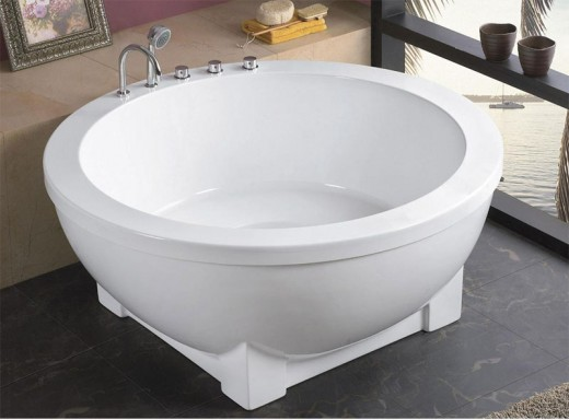 Small bathtubs come in a range of stlyes and shapes.