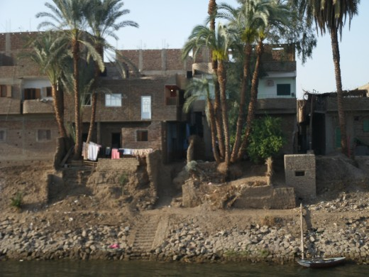 Daily life: hanging out the washing on the banks of the Nile