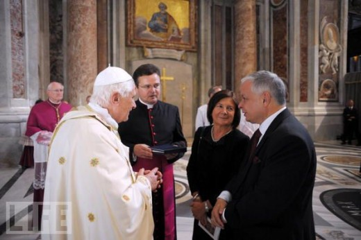 Pope Benedict XVI meets Polish President Lech Kaczynski and his wife Maria Kaczynski at the end of a canonization ceremony at St Peter's Basilica on October 11, 2009 in Vatican City, Vatican.