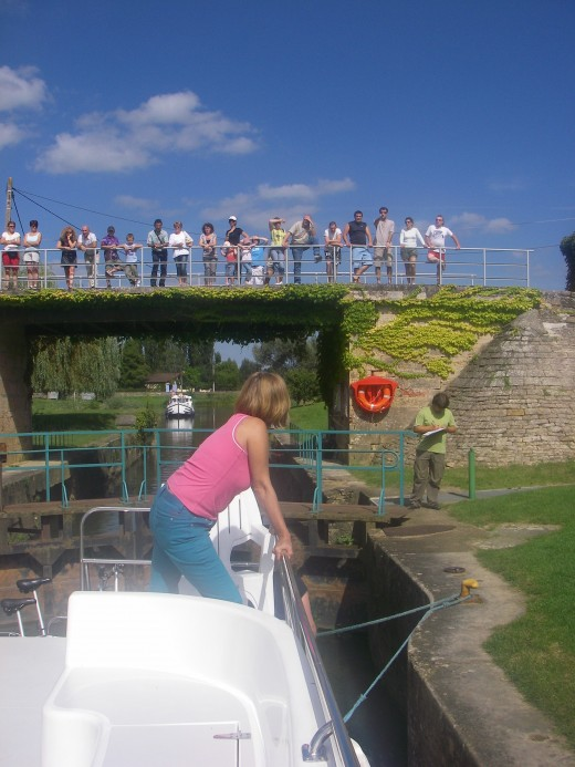 The opening of the lock is observed by many curious viewers.