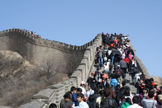The crowds on the wall.