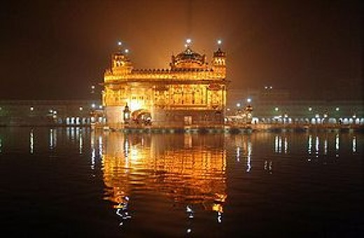 Goldenden temple at night