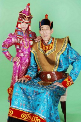 Once the tallest person on earth- Bao Xishun and his wife Xia Shujuan in their colorful national costume