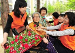 Children give carnation to elderly people korean.net