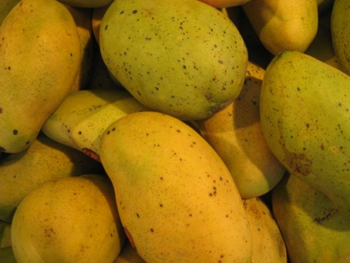 These Haitian mangoes might ripen more at home / Photo by E. A. Wright